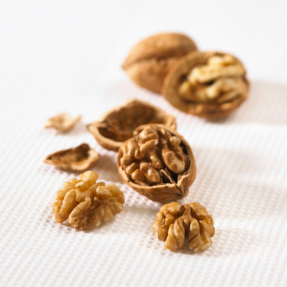Walnut「Whole and halved fresh walnuts」:スマホ壁紙(13)
