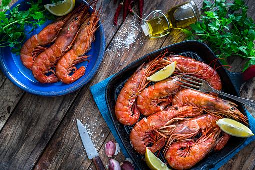Griddle「Grilled shrimp shot from above on wooden table.」:スマホ壁紙(13)