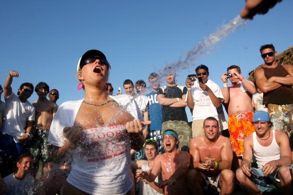 T-Shirt「Spring Break Revelers Flock To Texas's South Padre Island」:写真・画像(1)[壁紙.com]