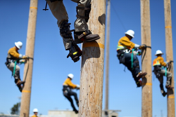 Equipment「Utility Worker Trainees Learn Pole-Climbing Skills」:写真・画像(14)[壁紙.com]