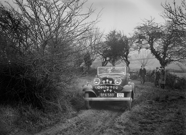 Country Road「Ford V8 of K Hutchison at the Sunbac Colmore Trial, near Winchcombe, Gloucestershire, 1934」:写真・画像(3)[壁紙.com]