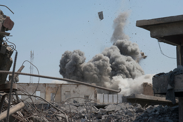 Air Attack「Iraqi Forces Battle Remaining IS Militants in Mosul」:写真・画像(4)[壁紙.com]