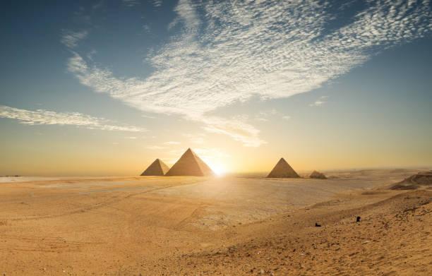 Khufu pyramid and empty square, Cairo, Egypt:スマホ壁紙(壁紙.com)