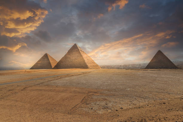 Khufu pyramid and empty square , Cairo, Egypt:スマホ壁紙(壁紙.com)