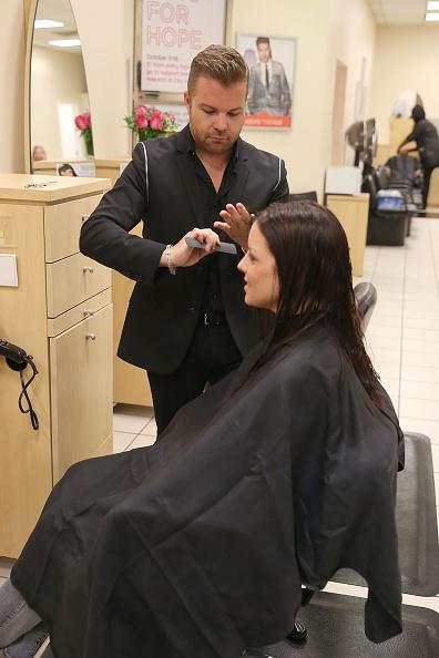 キンバリー・スチュワート「Actress Italia Ricci, Visits The JCP Salon To Support 'Cuts For Hope' Benefiting The City Of Hope's Breast Cancer Program」:写真・画像(13)[壁紙.com]