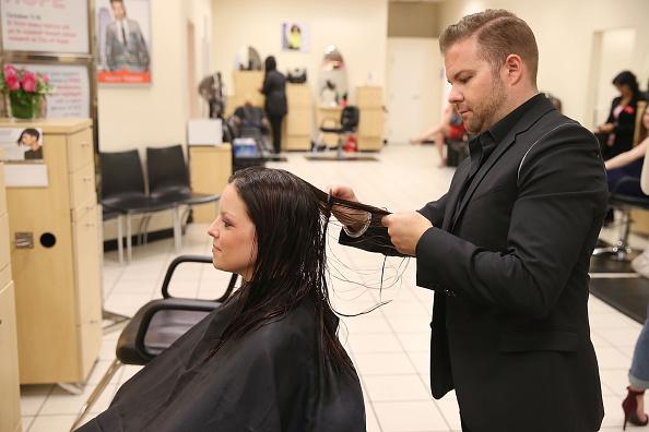 キンバリー・スチュワート「Actress Italia Ricci, Visits The JCP Salon To Support 'Cuts For Hope' Benefiting The City Of Hope's Breast Cancer Program」:写真・画像(8)[壁紙.com]