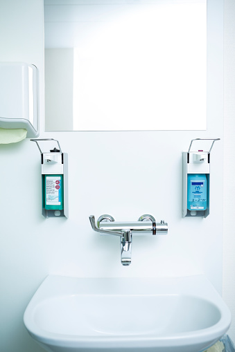 オーストリア「Disinfecting and soap dispenser at sink」:スマホ壁紙(9)