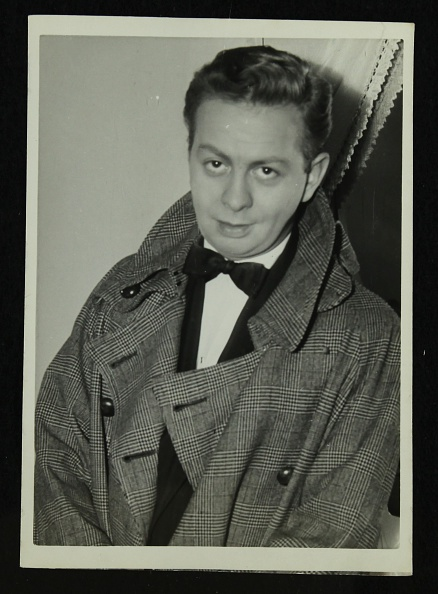 Overcoat「Portrait of American singer, musician and actor Mel Torme, c1950s. .」:写真・画像(1)[壁紙.com]