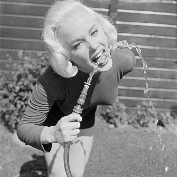 Water「Mamie Van Doren Cools Off」:写真・画像(0)[壁紙.com]