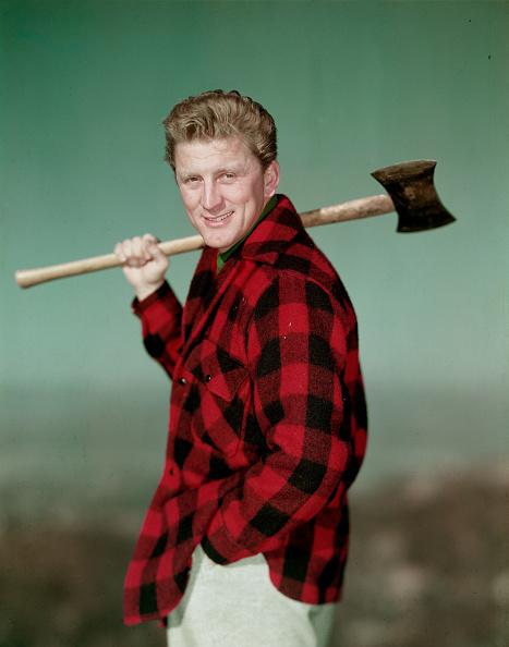 俳優「Kirk Douglas as lumberjack 」:写真・画像(1)[壁紙.com]