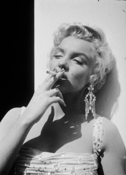 Smoking - Activity「Marilyn Monroe On Set For 'There's No Business Like Show Business'」:写真・画像(19)[壁紙.com]