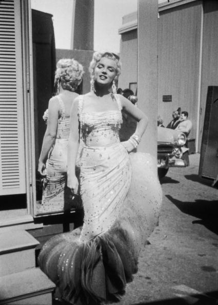Gene Lester「Marilyn Monroe On Set For 'There's No Business Like Show Business'」:写真・画像(11)[壁紙.com]