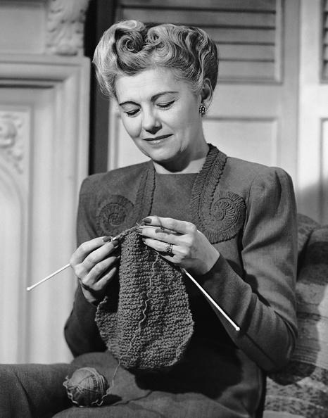 趣味・暮らし「Portrait of mature woman crocheting」:写真・画像(19)[壁紙.com]