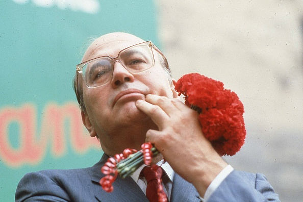 カーネーション「Portrait of politician Bettino Craxi holding carnation flowers during the election campaign, Naples 1987」:写真・画像(12)[壁紙.com]