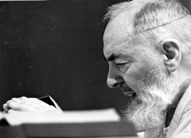 Portrait of Padre Pio while he celebrates the mass at the Sanctuary of Saint Pio of Pietrelcina 1963:ニュース(壁紙.com)