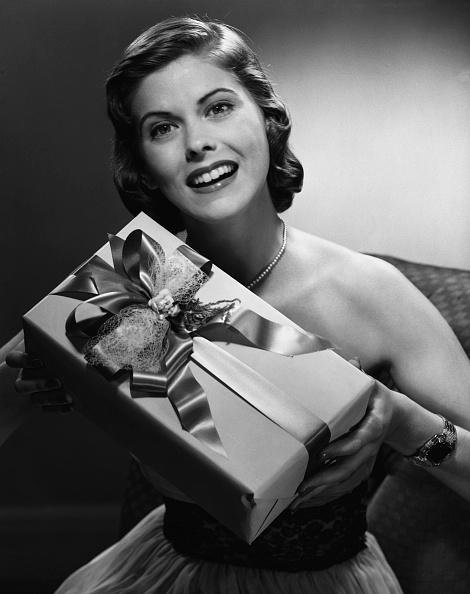 プレゼント「Portrait of woman holding gift」:写真・画像(6)[壁紙.com]
