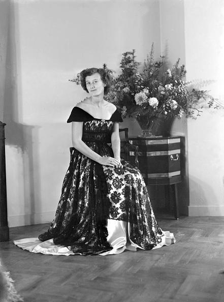 花瓶「Portrait Of Seated Woman In Evening Dress」:写真・画像(1)[壁紙.com]