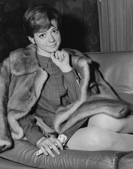 座る「Rita Pavone」:写真・画像(7)[壁紙.com]