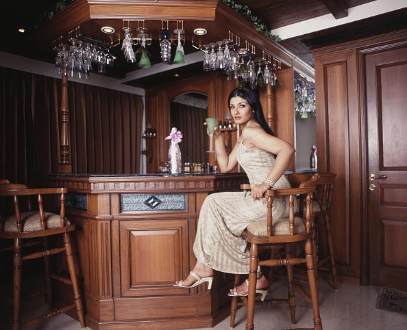座る「Raveena Tandon」:写真・画像(0)[壁紙.com]