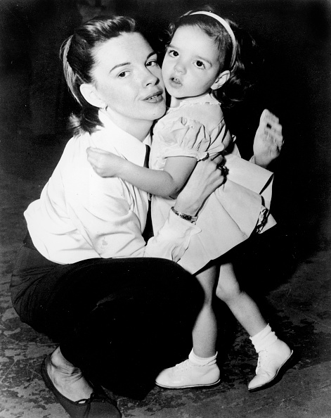 母の日「Judy Garland & Young Liza Minnelli On Film Set 」:写真・画像(7)[壁紙.com]