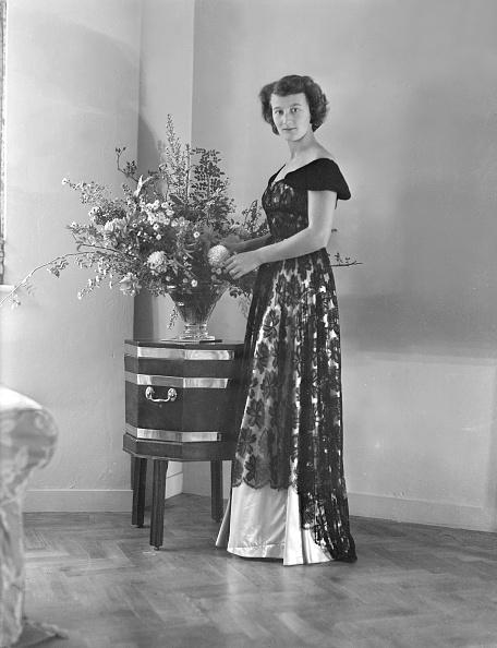 花瓶「Portrait Of Woman In Evening Dress」:写真・画像(2)[壁紙.com]