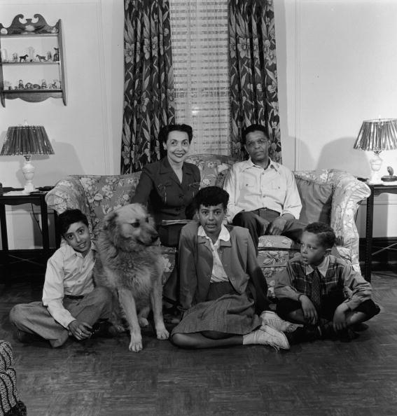 1950-1959「Portrait Of Black Family With Dog At Home」:写真・画像(11)[壁紙.com]