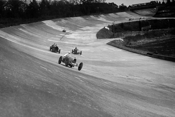 Finance and Economy「CS Staniland's Bugatti Type 37A leading a Benz and Jack Dunfee's Ballot, Brooklands, 1930」:写真・画像(1)[壁紙.com]