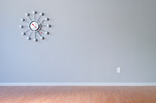Clock「Retro Wall Clock In Empty Room」:スマホ壁紙(8)