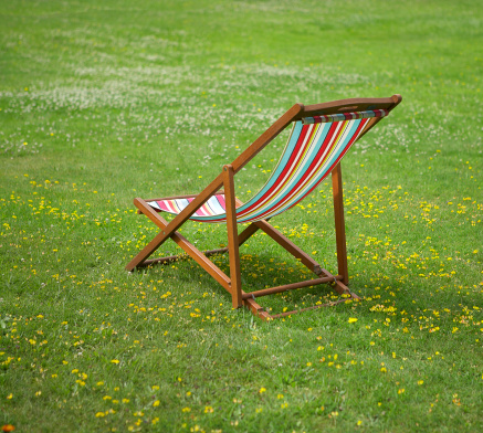 Uncultivated「Stripey deckchair on lawn with flowers」:スマホ壁紙(13)