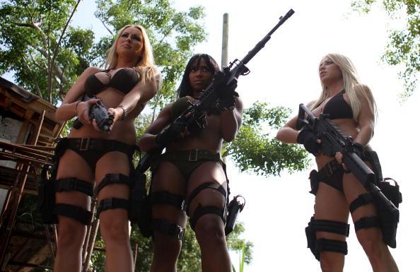 銃「Web Reality Show Features Women In Bikinis With Automatic Weapons」:写真・画像(14)[壁紙.com]