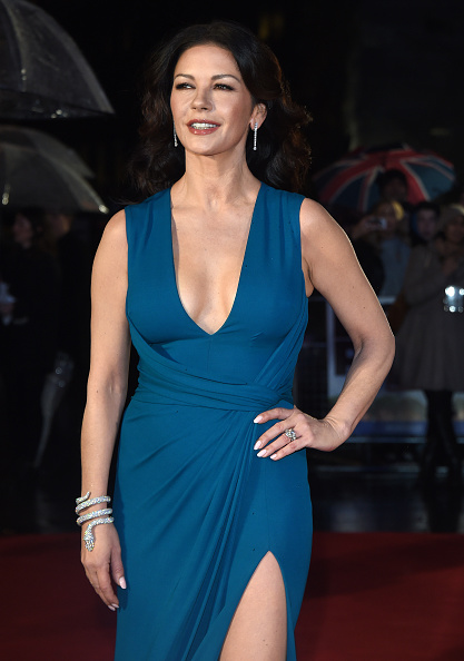 Plunging Neckline「'Dad's Army' - World Premiere - Red Carpet Arrivals」:写真・画像(4)[壁紙.com]