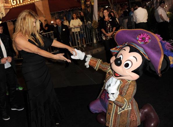 ミッキーマウス「Premiere Of Walt Disney Pictures' 'Pirates Of The Caribbean: On Stranger Tides' - Red Carpet」:写真・画像(13)[壁紙.com]