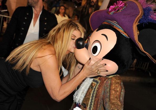 ミッキーマウス「Premiere Of Walt Disney Pictures' 'Pirates Of The Caribbean: On Stranger Tides' - Red Carpet」:写真・画像(17)[壁紙.com]