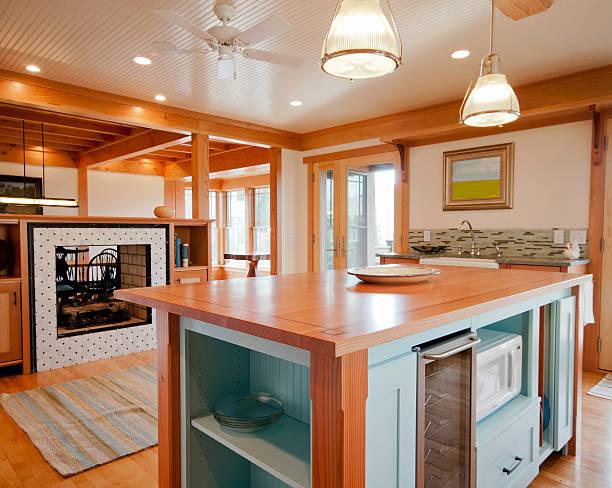 Kitchen with Wood Surfaced Island:スマホ壁紙(壁紙.com)