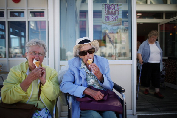 Senior Adult「Temperatures Soar To Highest Of The Year」:写真・画像(6)[壁紙.com]