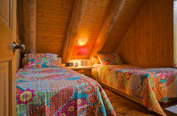 Single beds with colourful flowery patterned bedspreads:スマホ壁紙(壁紙.com)