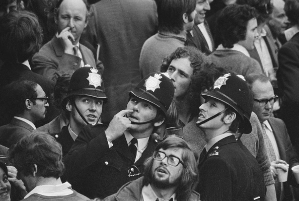 Looking Up「Police In A Crowd」:写真・画像(7)[壁紙.com]