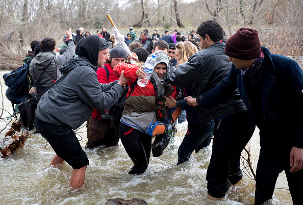 Horizontal「Frustrated Migrants Stranded On The Border Attempt To Walk In To Macedonia」:写真・画像(3)[壁紙.com]