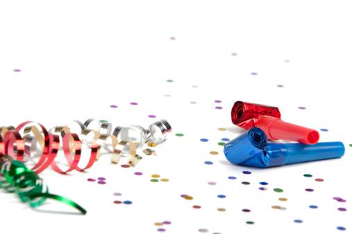 お正月「パーティのリボン、コンフェティ、ホーン白で分離」:スマホ壁紙(19)