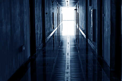 暗い「廊下の照明」:スマホ壁紙(9)