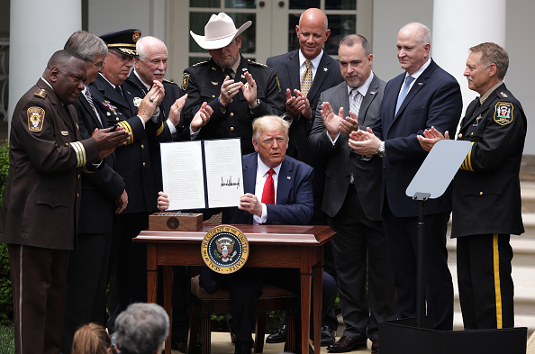 "Executive Order「President Trump Signs Executive Order On ""Safe Policing For Safe Communities""」:写真・画像(9)[壁紙.com]"