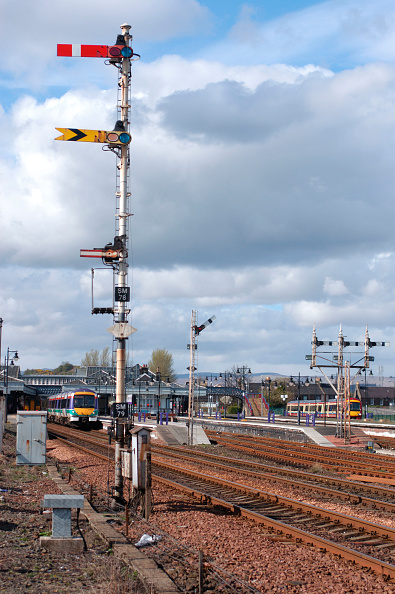 Finance and Economy「Surrounded by traditional semaphore signalling a Class 170/4 Turbostar DMU trainset leaves Stirling with an Aberdeen - Glasgow Queen St service. April 2005.」:写真・画像(14)[壁紙.com]