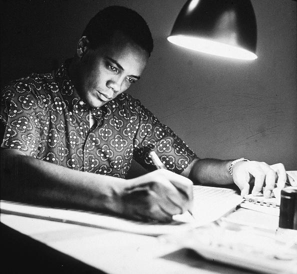 Writing「Quincy Jones At His Desk」:写真・画像(4)[壁紙.com]