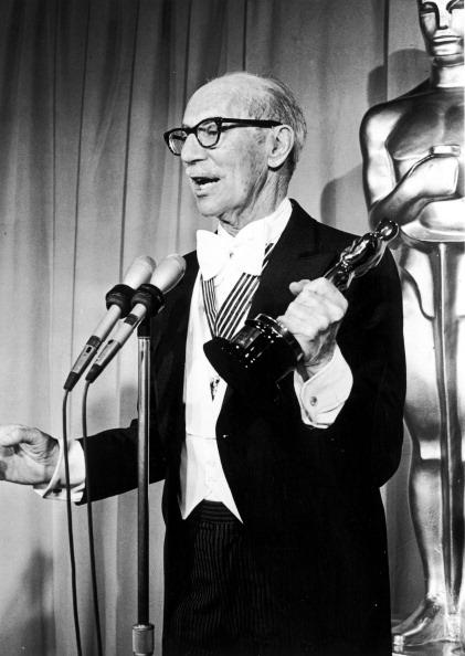 Michael Ochs Archives「Groucho With Oscar」:写真・画像(7)[壁紙.com]