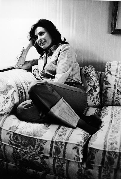 Curled Up「Loretta Lynn Relaxes On Sofa」:写真・画像(7)[壁紙.com]