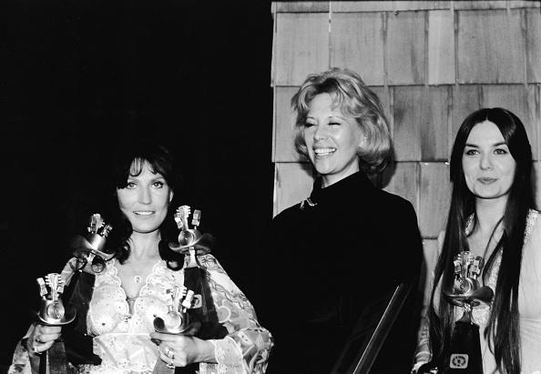 ギタリスト「Loretta Lynn With Four Awards」:写真・画像(4)[壁紙.com]