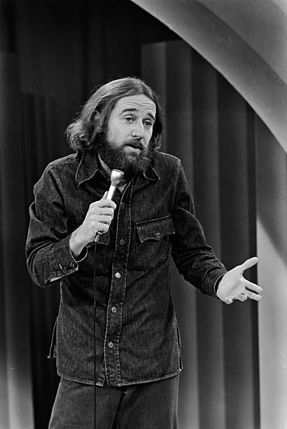 George Carlin Performing On Stage:ニュース(壁紙.com)