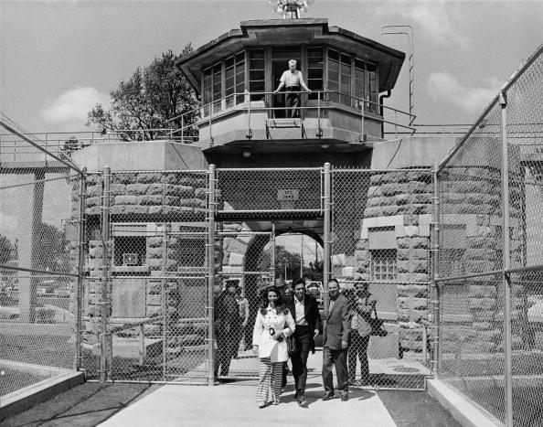 Prison「Johnny Cash And Wife June Leaving Prison」:写真・画像(12)[壁紙.com]
