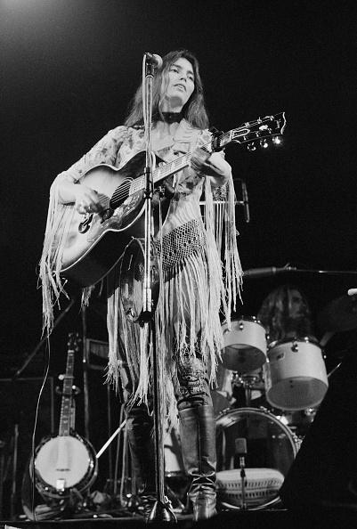 Acoustic Guitar「Emmylou Harris On Stage」:写真・画像(2)[壁紙.com]