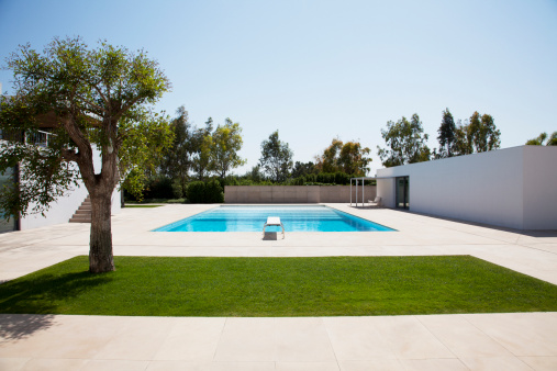 Villa「Pool and courtyard outside modern house」:スマホ壁紙(4)
